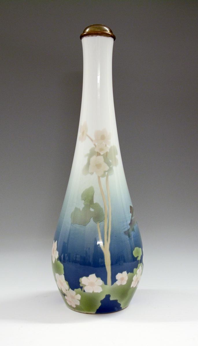Vase av porselen, slank, glatt med lang hals. Underglasurdekor. Modell 1512. Dekornr. 70 Ørret og vannplante tegnet av Thorolf Holmboe. Gjort om til lampefot.