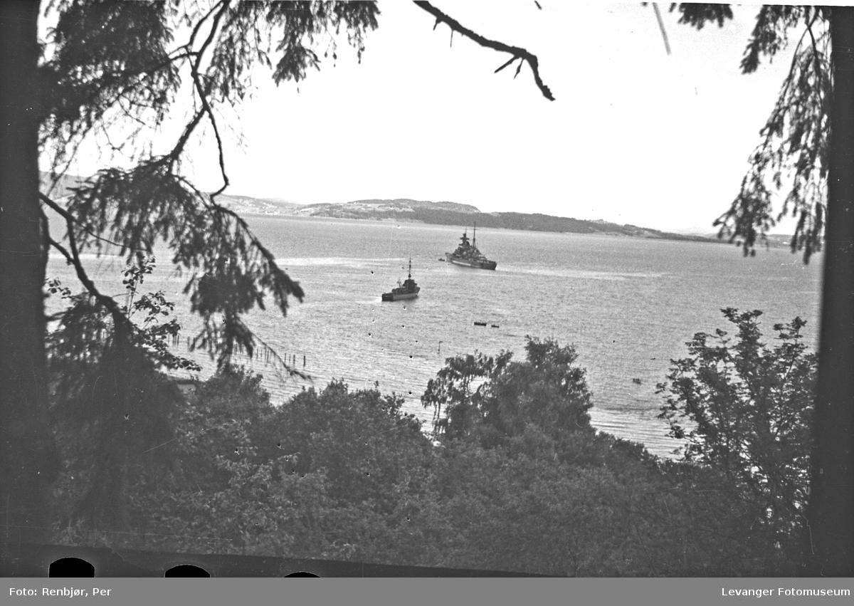"Tysk krysser ""Admiral Hipper"" og en jager utenfor Staupshaugen"