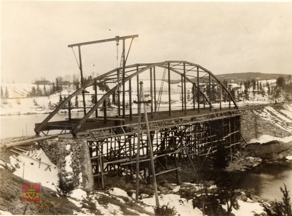 """Bingsfoss bruanlegg.  I følge merking i album: """"Montering av 45 meter lange buebro over sideløpet. (58,8 tonn) (Erik Ruuds mek.verksted) Påbegynt april 1927.  (E. Ruud var overdratt såvel montering av buebroen og hengebroen med undtagelse av kablene og pillarskjellettene - fullført ca. 1. juni 1927.  Fot. N.Sx."""""""