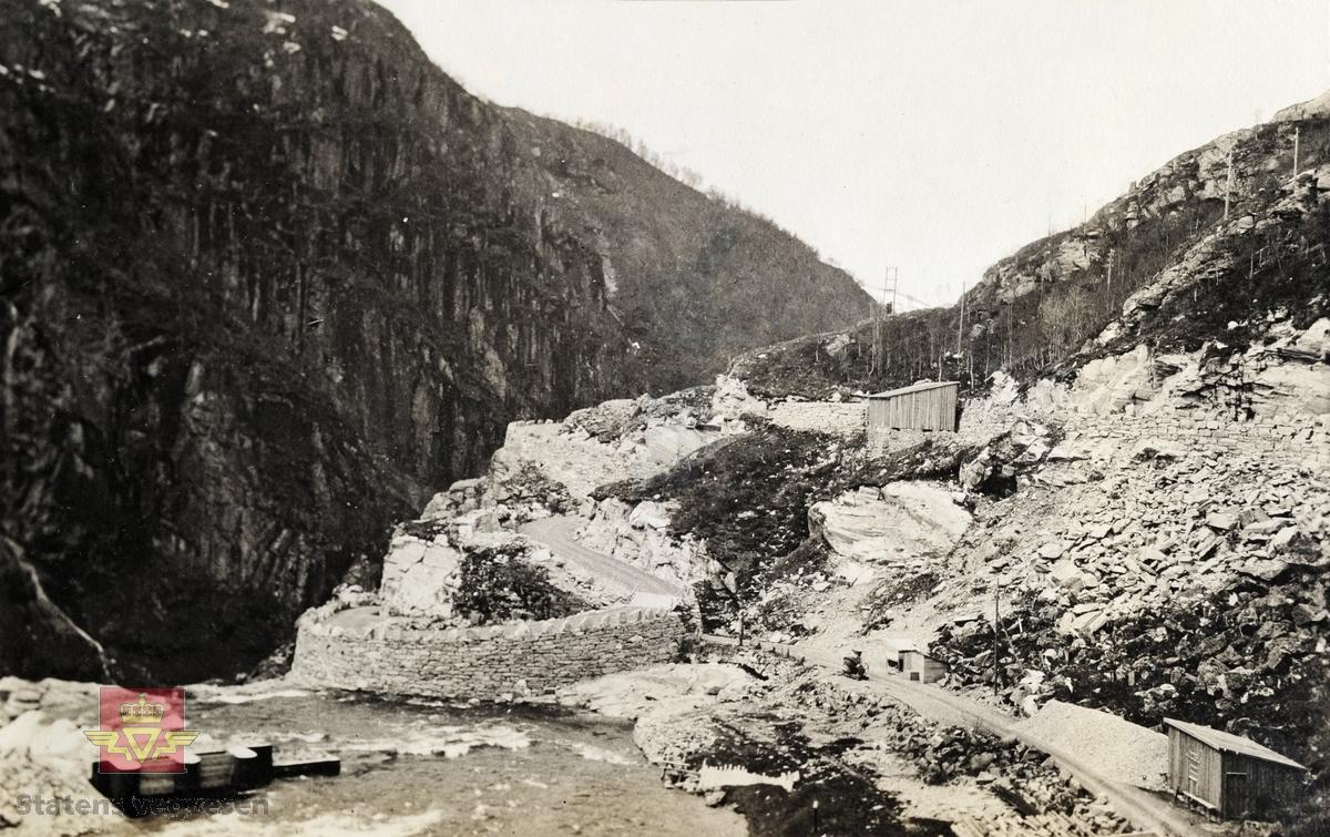 """""""Veianlæg"""". """"Bergsdalsveien i Hordaland."""" Bilde av veg i 1924 som ble bygd i Bergsdalen på 1890-tallet."""