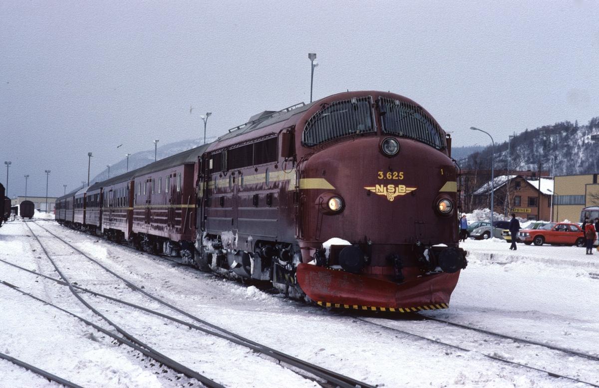 Sørgående dagtog på Nordlandsbanen i Mosjøen med NSB dieselelektrisk lokomotiv Di 3 625.