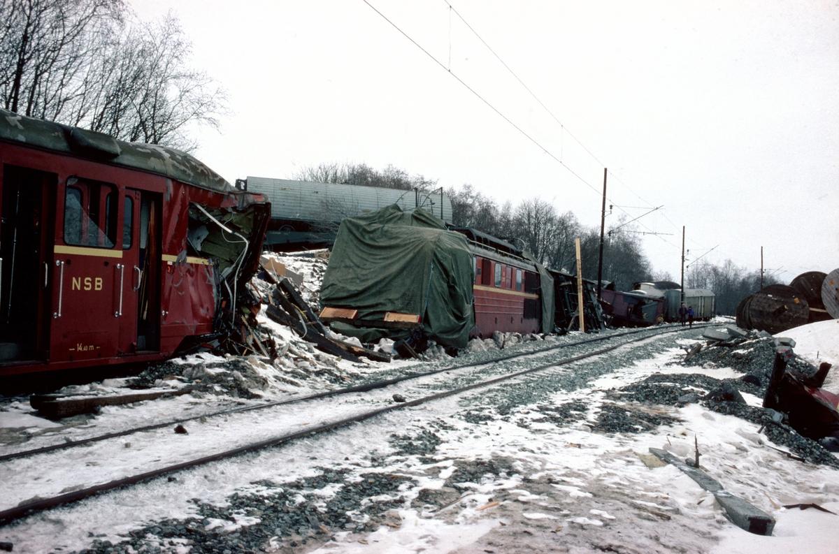Togulykken ved Nypan, der et godstog som hadde mistet bremsene kolliderte med et lokaltog. Bildet er tatt etter at et provisorisk spor ble lagt forbi vrakene. 14-maskinen, El 14 2197, ble bygget opp igjen. Det samme lokomotivet ble ødelagt i og gjenoppbygget etter Tretten-ulykken.