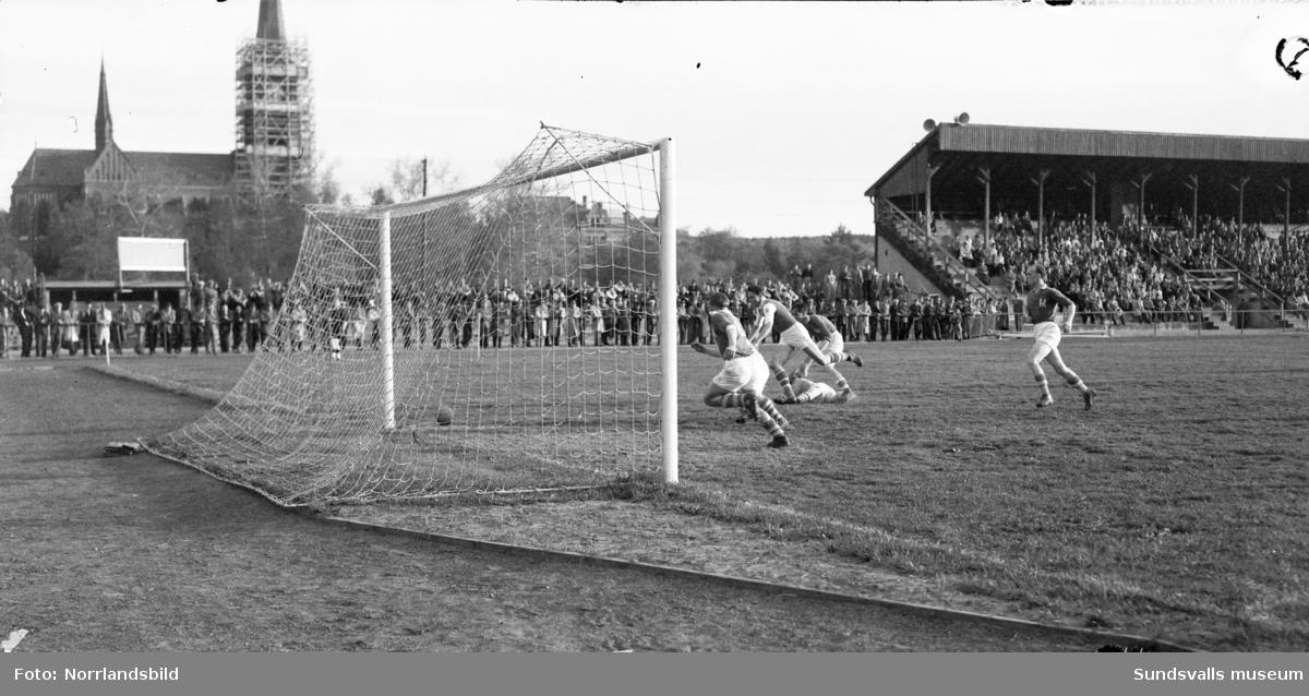 Fotbollsmatch i Idrottsparken, Pressen-UK. I bakgrunden syns GA-kyrkan med byggnadsställningar runt tornet.