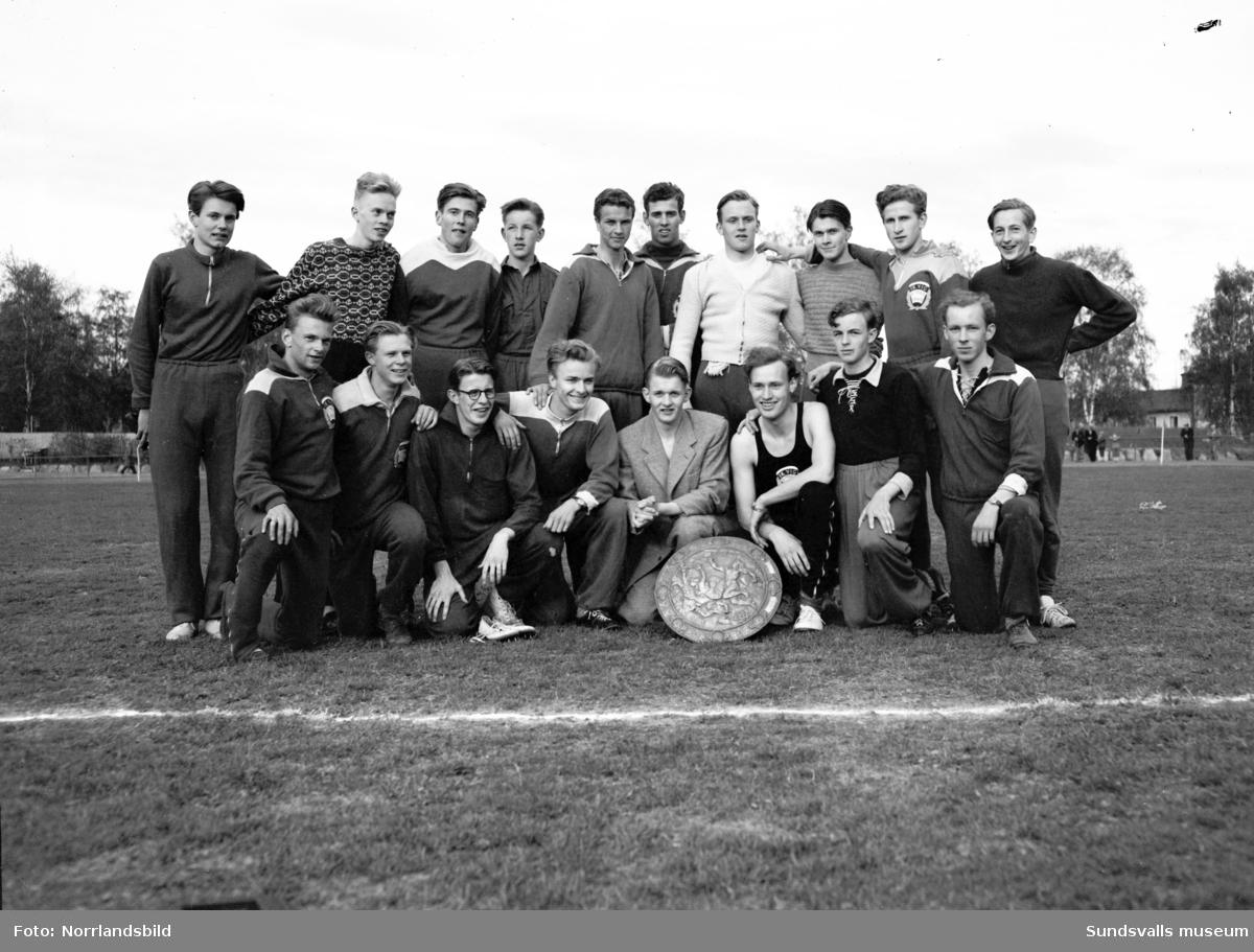 Folkskolans idrottstävling i Idrottsparken. IK Vig triumferade i tjugomannastafetten, även lagbilder.