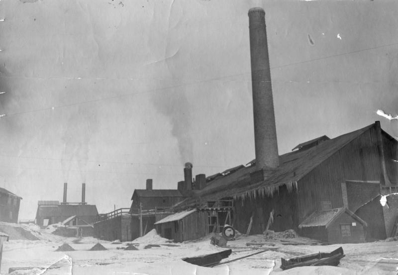 Smelthytta fotografert etter 1901. Dette året ble den 35 m høye pipa bygd. Foto: Rørosmuseet