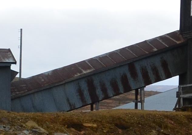 Malmen ble transportert mellom knuseriet og flotasjonshallen med denne transportbanen.