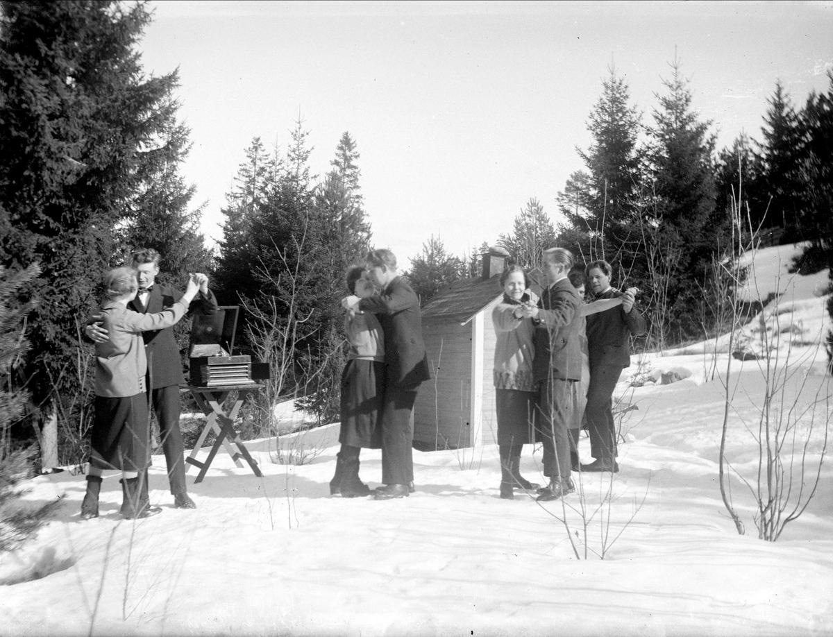Karin och Gösta Krantz med vänner dansar, Uppland