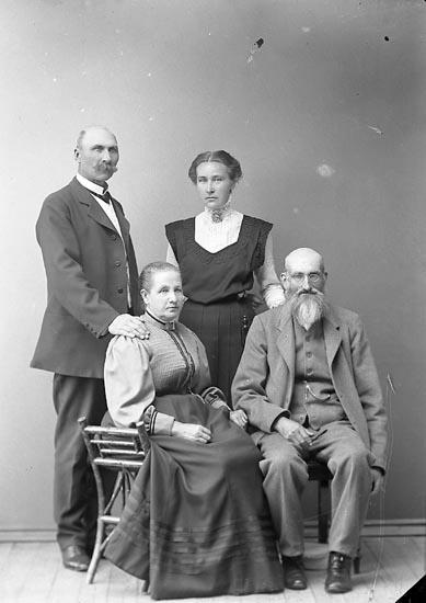 """Enligt fotografens journal nr 2 1909-1915: """"Norén, O. Här""""."""