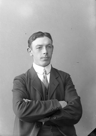 """Enligt fotografens journal nr 2 1909-1915: """"Magnusson, Herr V., Nösnäs Här""""."""