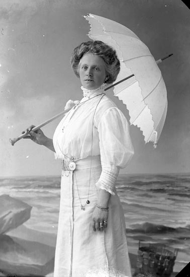 "Enligt fotografens journal nr 2 1909-1915: ""Lundqvist Fru, Ön""."