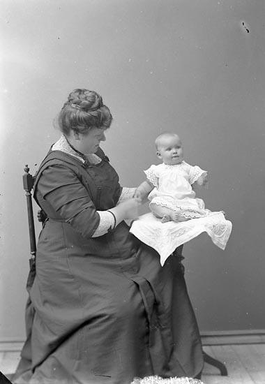 "Enligt fotografens journal nr 2 1909-1915: ""Ekeberg Fru, Hotellet Här""."