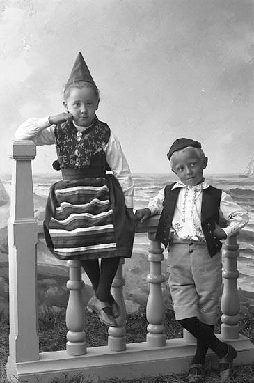 """Enligt fotografens notering: """"Doktor Lundins barn, Stenungsund""""."""