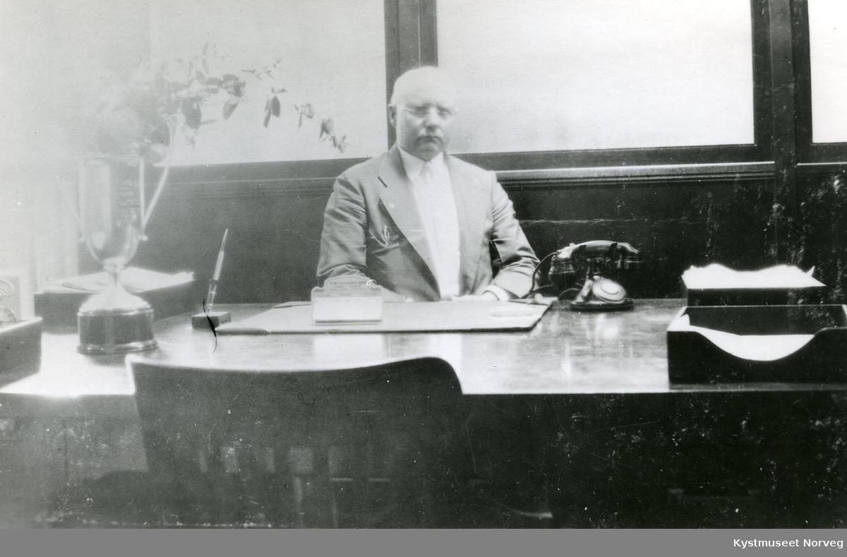 Ingvald A. Røsok på kontoret