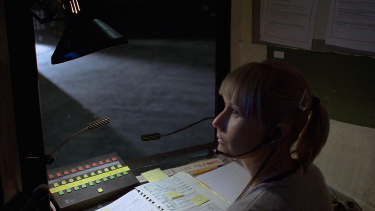 Ett av to filmprosjekter utført av to ulike kunstnere. 35mm film har en oppløsning som muliggjør arbeid og gode resultater med mørke opptak. Mye av arbeidet sceneteknikerne utfører skjer uten mye lys. Med oppløsningen og kvaliteten 35mm film har kan kunstneren fange den dunkle og mørke atmosfæren som er rundt scenen under forestilling. Lyden av scenearbeiderens handlinger vil være filmens bærende lydspor. Den danner strukturer av melodisk og rytmisk karakter som sammen med filmens klipperytme skaper dynamiske sammensetninger. På monitorer som scenearbeidere og inspisient vanligvis bruker til å få oversikt over hva som skjer på scenen, ønsker Furu å vise sekvenser fra sine dokumentasjonsopptak, av tidligere aktivitet i huset, byggets arkitektur og unike karakteristikk.  Filmene skal presenteres i en kunstkonstekst fristilt fra operahuset. KORO kan låne ut fremføringseksemplar av filmen for fremføring internt i Den Norske Opera & Ballett og til bruk i undervisning på universiteter og høgskoler.  Se hele fimen på https://youtu.be/JvHykiJM584