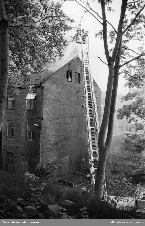 Soab-branden i Stora Götafors den 4 juni 1986. Branden bekämpas via stege.