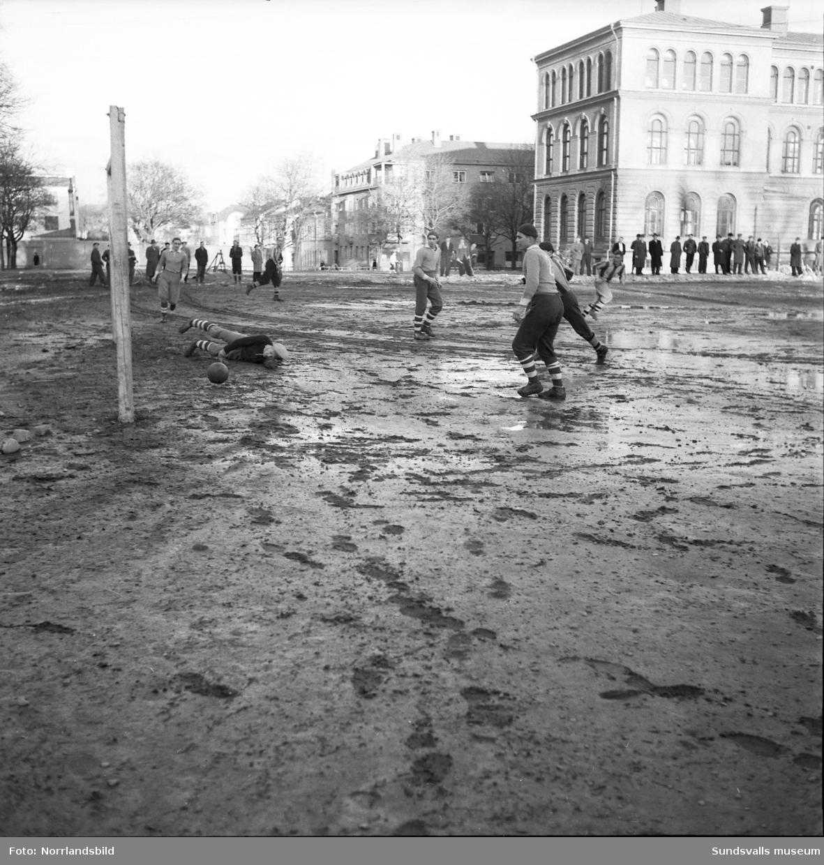 Fotbollspremiär på en lerig grusplan vid Läroverket.