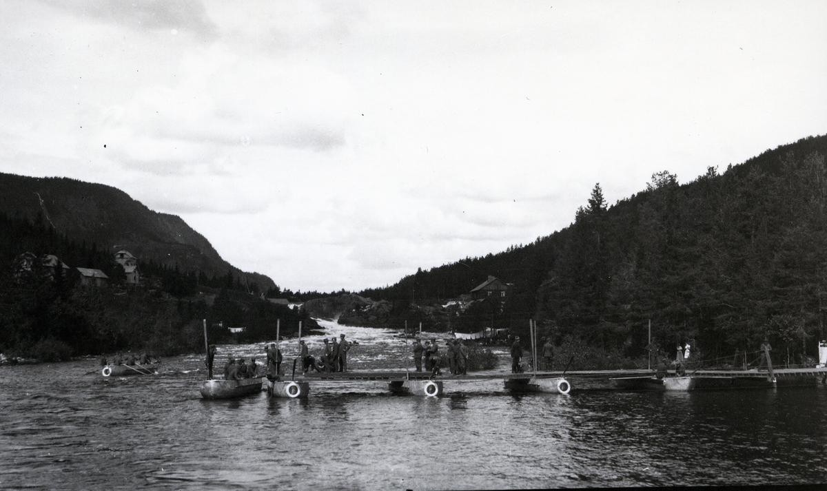 Bygging av midlertidig bru over Neselva, etter brann i 1920