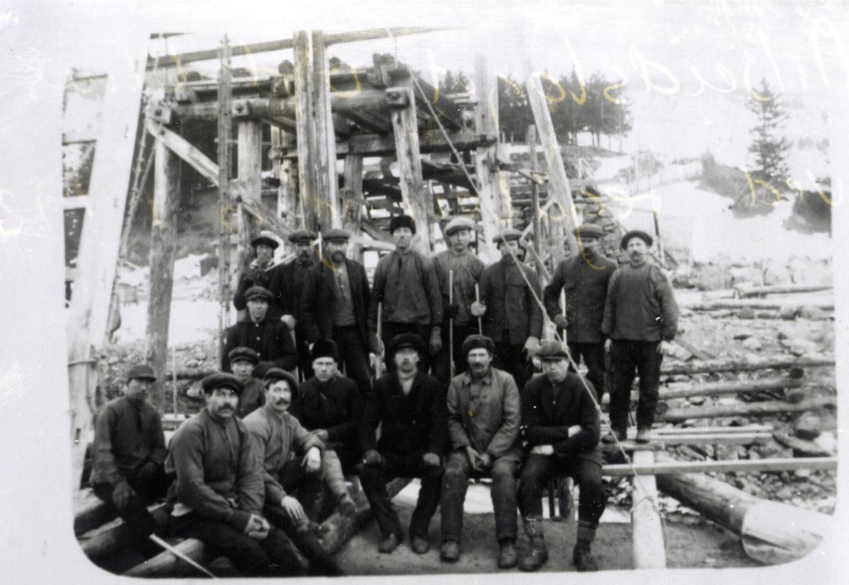Arbeidslaget ved Ulnes bru ved reguleringa i 1920