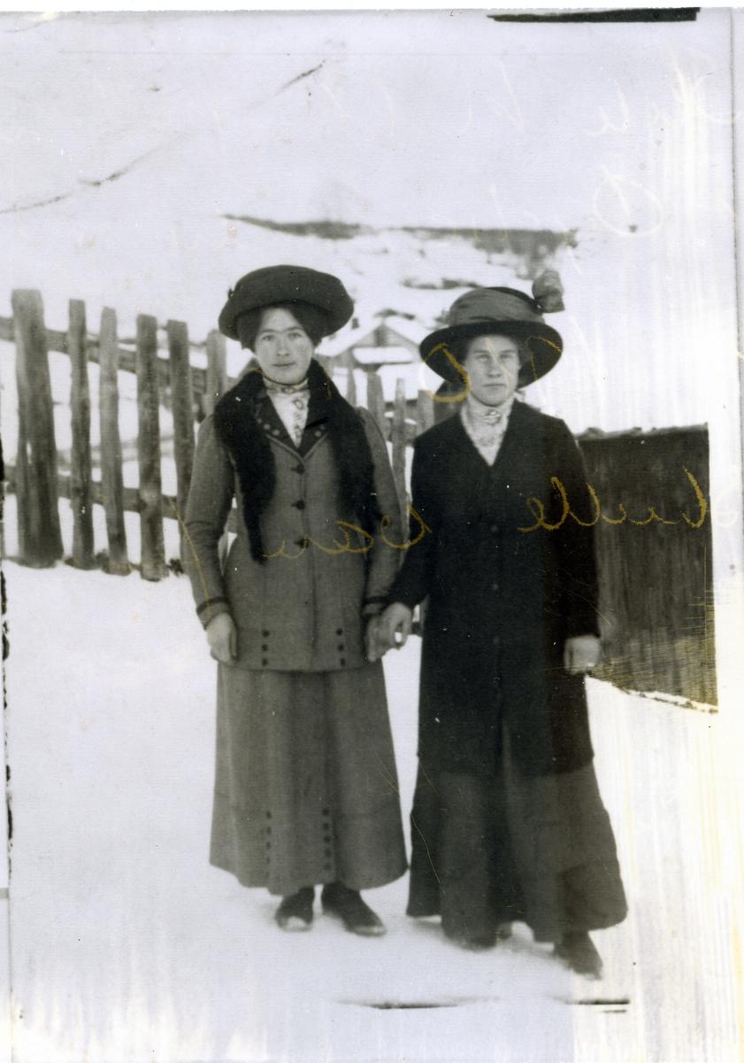 To festkledde unge jenter med hatt