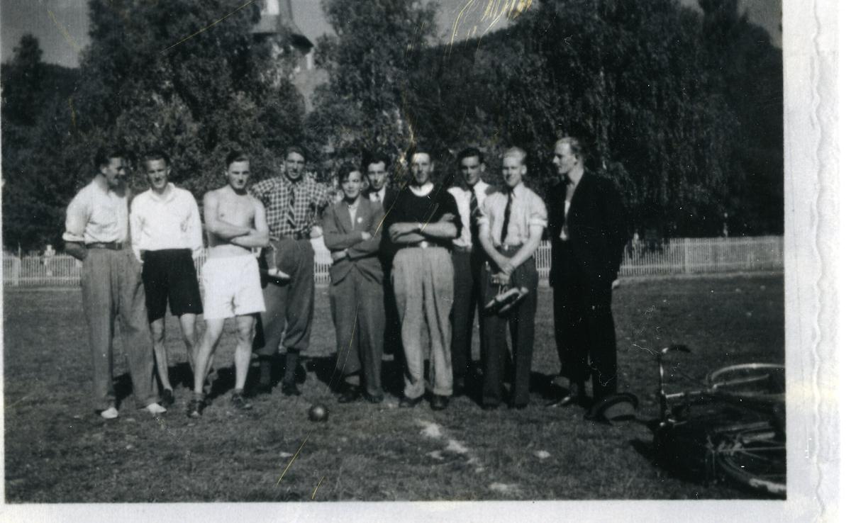 Unge menn fotografert på idrettsstevne i Øystre Slidre