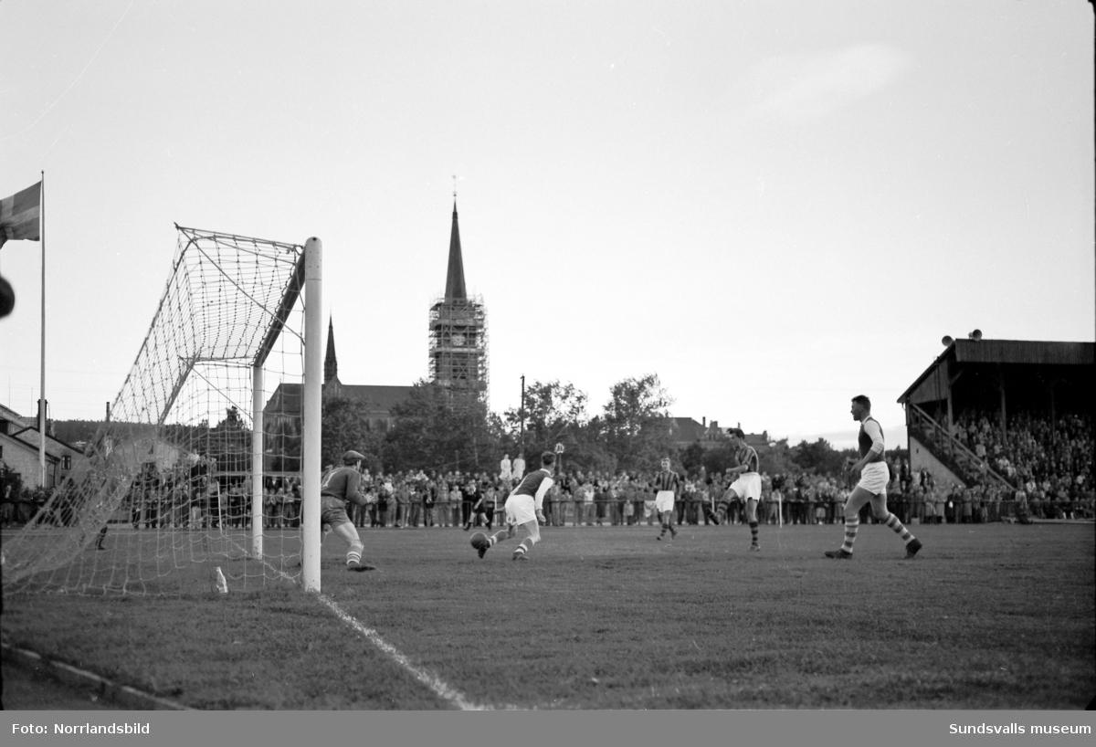 Fotboll, Sundsvall-Djurgården. Matchbild med renovering av kyrktornet i bakgrunden, samt två spelare i omklädningsrummet.
