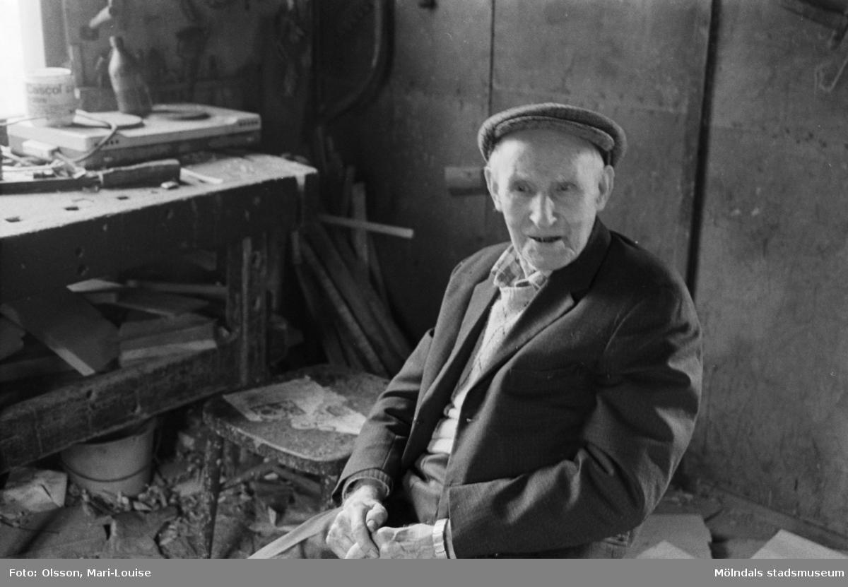 Gustav Johanssson i sin snickarverkstad. Han föddes 10/3 år 1900 på torpet Höganäs (på Berget) i Lindome.Avled 7/10 1987. Ägde vid sin död gården Dverred 25 i Lindome. Han var en av de sista Lindomesnickarna.