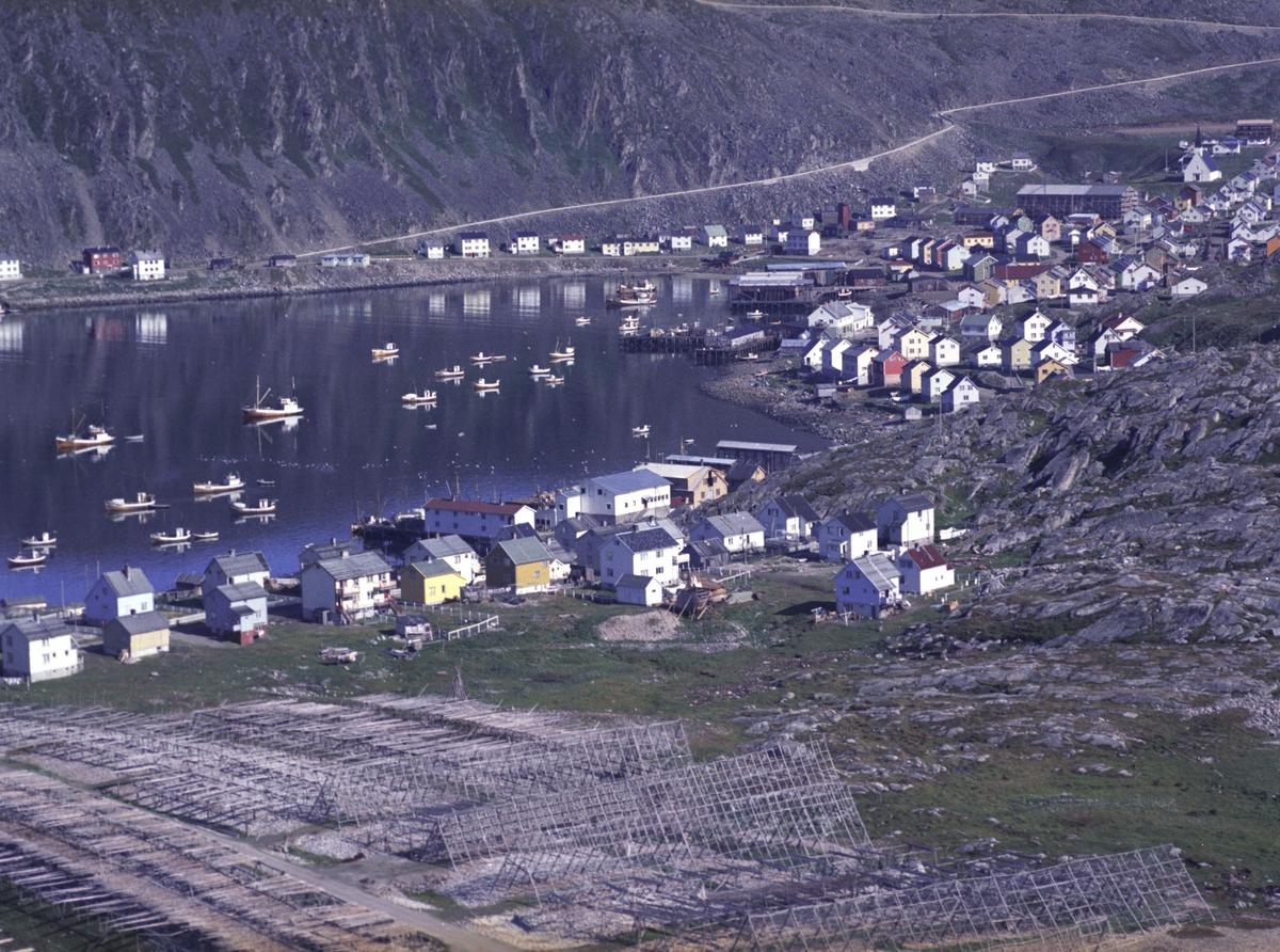 Flyfoto fra Kjøllefjord. Negativ nr. 122746.