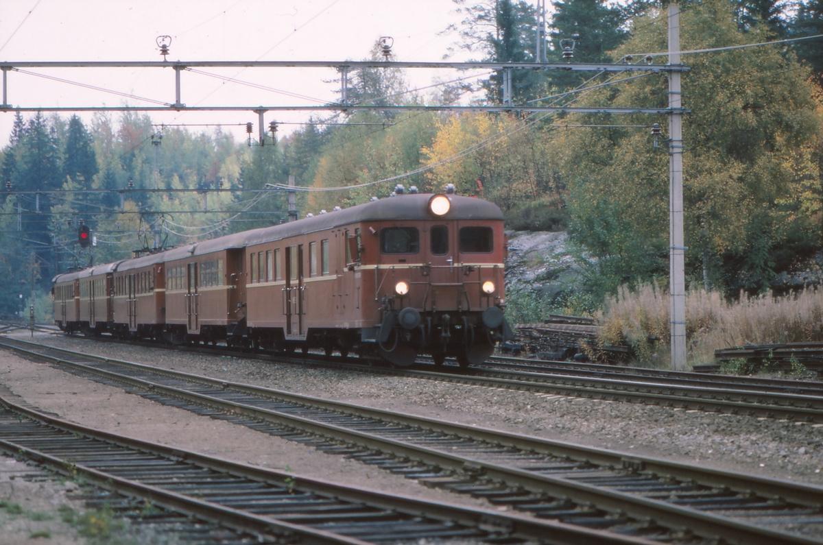 NSB persontog med motorvognsett type 67 og 65c på Movatn stasjon. Togsammensetting: BFS67, B65c, BM67,B65c og BM67.