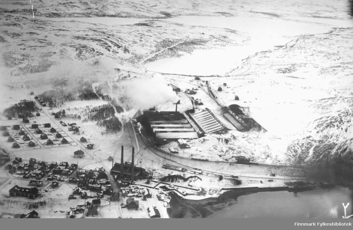 Flyfoto av Kirkenes med A/S Sydvarangers anlegg. Bildet er tatt 07.03.1935.  Foto: Garnisonsvingen,  lnt. Bodin. Klokkeslett: 11:55, Kamera: Zeiss.