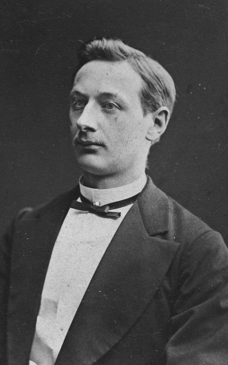 Portrett av en ung mann, mannen er ukjent. Bildet er gammel, ca fra 1865. Unge herren er kledd i dress. Dette er et halvkropsportrett
