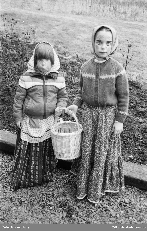 Två flickor utklädda till påskkärringar, år 1985. Fotografi taget av Harry Moum, HUM, Mölndals-Posten.