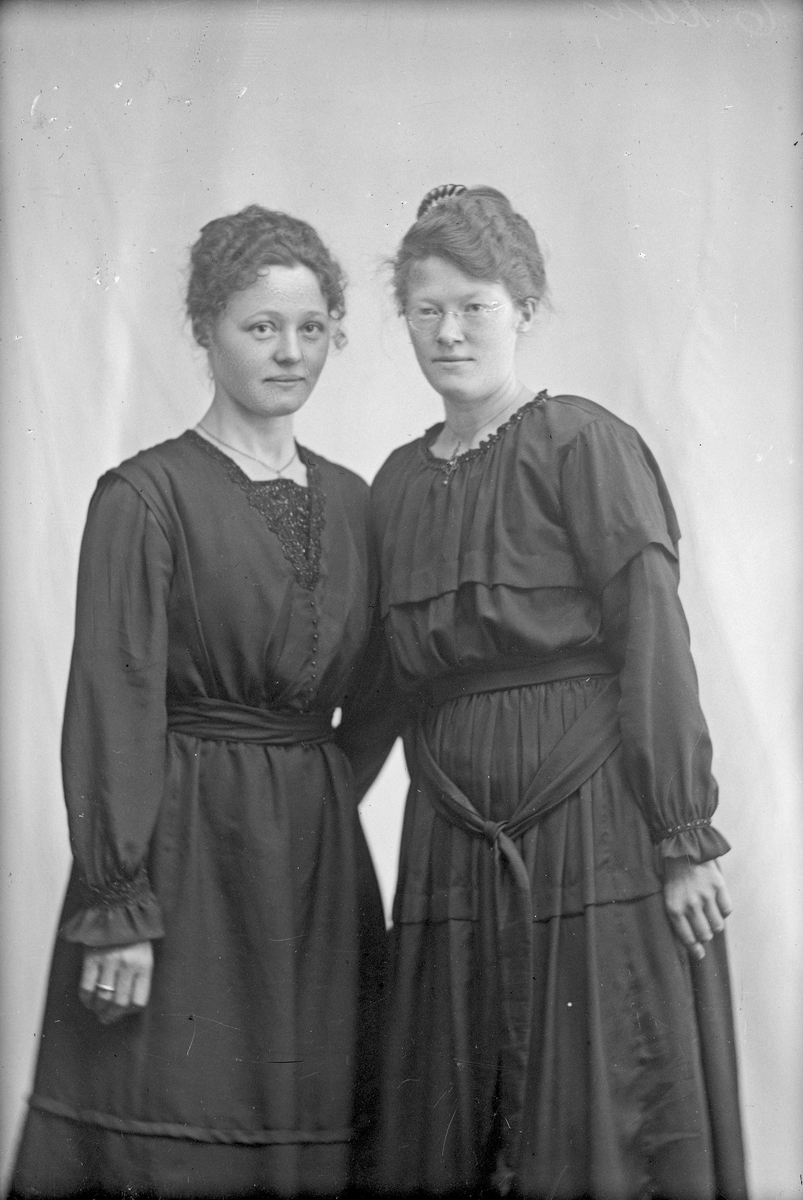 Portrett av Thea Nilson til venstre og fru Stuberg til høyre.