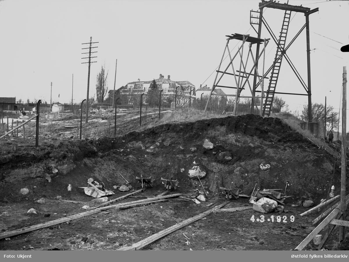 Snitt gjennom Olavsvollen (under anlegging av barketrommelanlegg, Borregård fabrikker, 4. mars 1929.  I bakrgrunnen Borregårdsveien 5.