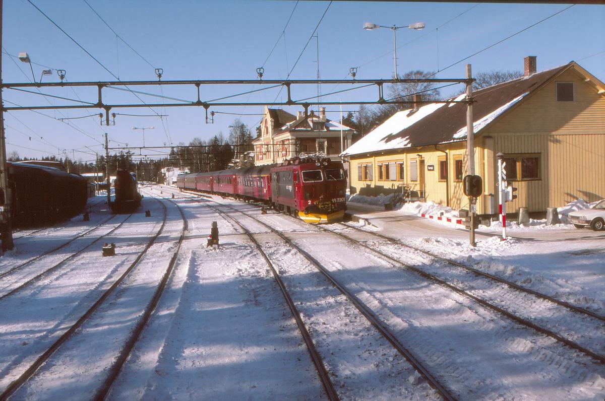 Hurtigtog til København på Kornsjø stasjon NSB elektrisk lokomotiv El 16 2201. Første vogn bak lokomotivet er en 1. og 2. klasse vogn fra DSB.
