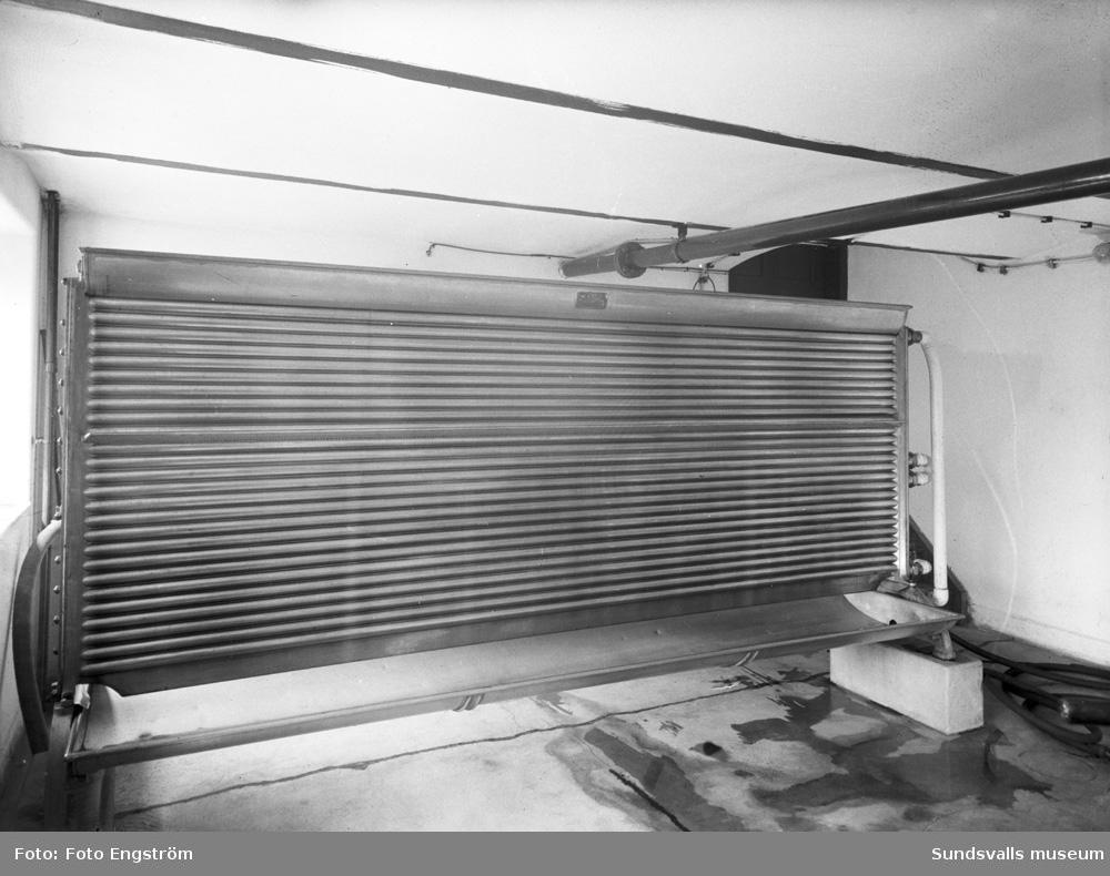 En serie bilder från AB Svagdricksbryggeriet på Högbergsgatan 2. Exteriör och interiörer. Verksamheten grundades av Sundsvalls bryggeri AB och Bryggeri AB Nordstjernan och drevs mellan 1928 och 1956. Bryggeriets olika avdelningar, som var inrymda på tre våningar, omfattade bl a brygghus med bryggpannor, ånganläggning, jäskällare med aluminiumkar o s v. Svagdrickan tappades på en-, fem- och tiolitersflaskor.