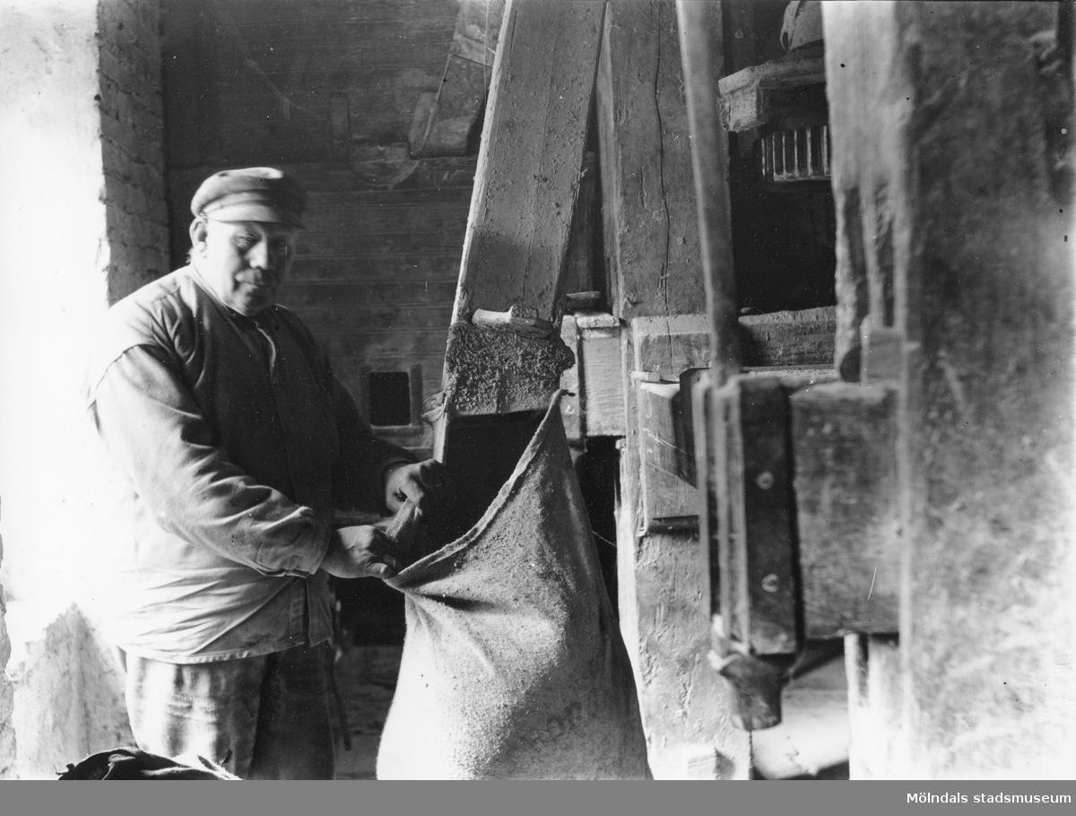 """Mjölnaren Per """"Polkan"""" Kjellman i Hulans kvarn vid Kvarnfallet 15, okänt årtal. Kvarnen, som hade vattendrivning, upphörde att mala år 1938. Efter det användes den som lagerlokal och revs när Viktor Samuelsons fabrik """"Strumpan"""" byggdes ut.  Den sista verksamme mjölnaren, med vattendriven kvarn, hette Per Gustafsson. Hulans kvarn låg längst upp i Mölndals kråka och revs 1942. Efter det var han verksam i Kvarnfallet 25, nedanför den fortfarande bevarade Nymans kvarn i Götaforsliden, till sin död 1942."""