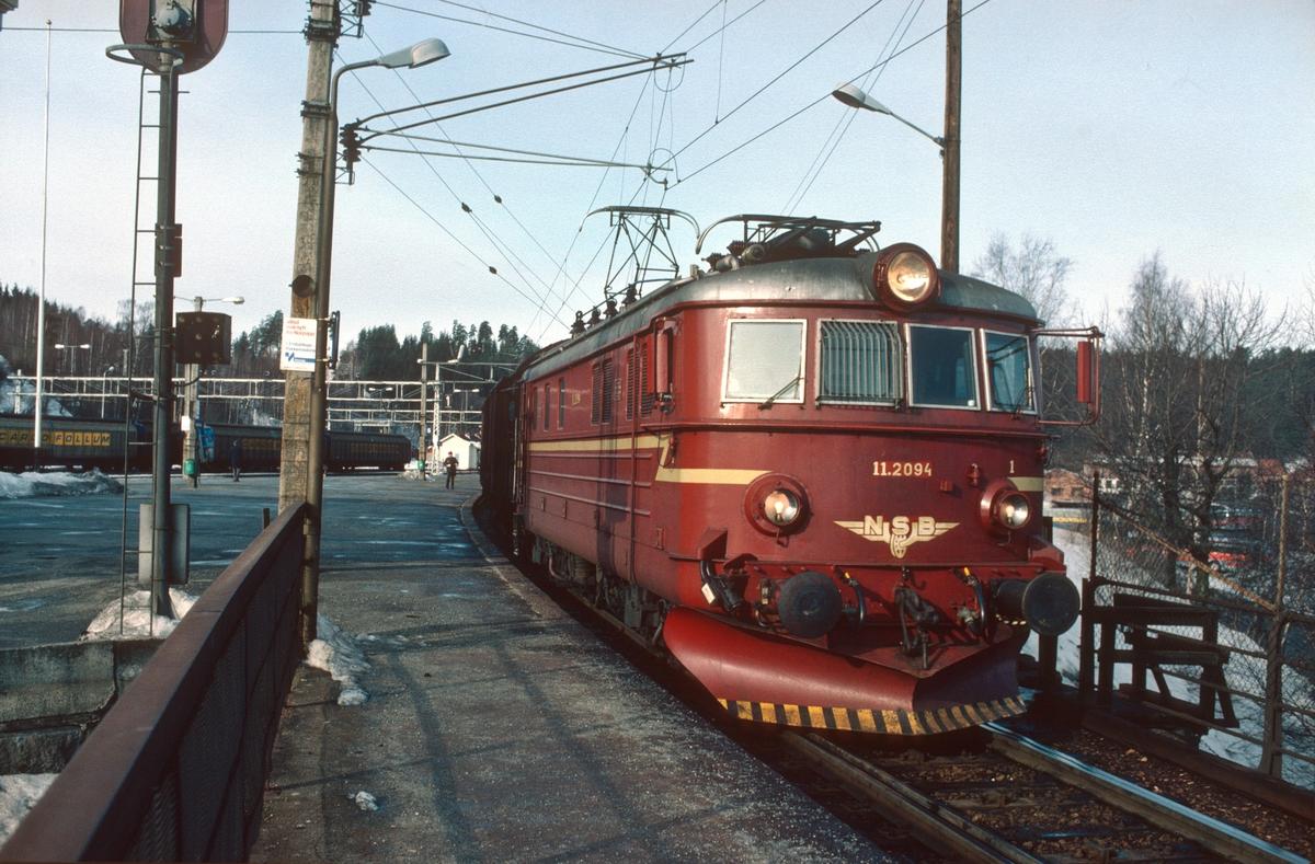 Godstog (kipptog) Hønefoss - Roa på Hønefoss med NSB elektrisk lokomotiv El 11 2094. Lokomotivet i godstogene 5165 og 5166 Alnabru - Roa - Grefsen ble under det lange oppholdet i Roa nyttet til forskjellige behov som f.eks. kipptog til Gran Tre ssp og til Hønefoss, hjelpelok i gt 5175 til Kalvsjø og i noen tilfeller ekstra forspann i gt 5173 til Eina.