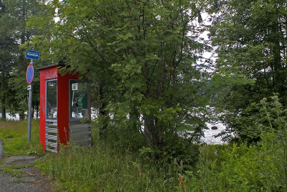 Telefonkioksen står i Heivannsveien i Siljan, og er en av 100 vernede telefonkiokser i Norge. De røde telefonkioskene ble laget av hovedverkstedet til Telenor (Telegrafverket, Televerket).  Målene er så å si uforandret.  Vi har dessverre ikke hatt kapasitet til å gjøre grundige mål av hver enkelt kiosk som er vernet.  Blant annet er vekten og høyden på døra endret fra tegningene til hovedverkstedet fra 1933. Målene fra 1933 var: Høyde 2500 mm + sokkel på ca 70 mm Grunnflate 1000x1000 mm. Vekt 850 kg. Mange av oss har minner knyttet til den lille røde bygningen. Historien om telefonkiosken er på mange måter historien om oss.  Derfor ble 100 av de røde telefonkioskene rundt om i landet vernet i 1997. Dette er en av dem.