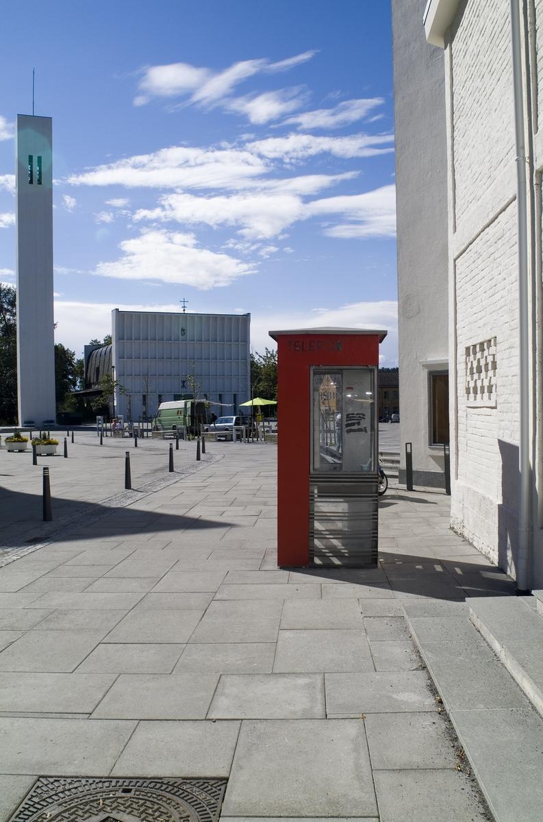 Denne telefonkiosken står ved samfunnshuset i Steinkjer, og er en av de 100 vernede telefonkiosker i Norge. De røde telefonkioskene ble laget av hovedverkstedet til Telenor (Telegrafverket, Televerket). Målene er så å si uforandret.  Vi har dessverre ikke hatt kapasitet til å gjøre grundige mål av hver enkelt kiosk som er vernet.  Blant annet er vekten og høyden på døra endret fra tegningene til hovedverkstedet fra 1933. Målene fra 1933 var: Høyde 2500 mm + sokkel på ca 70 mm Grunnflate 1000x1000 mm. Vekt 850 kg. Mange av oss har minner knyttet til den lille røde bygningen. Historien om telefonkiosken er på mange måter historien om oss.  Derfor ble 100 av de røde telefonkioskene rundt om i landet vernet i 1997. Dette er en av dem.