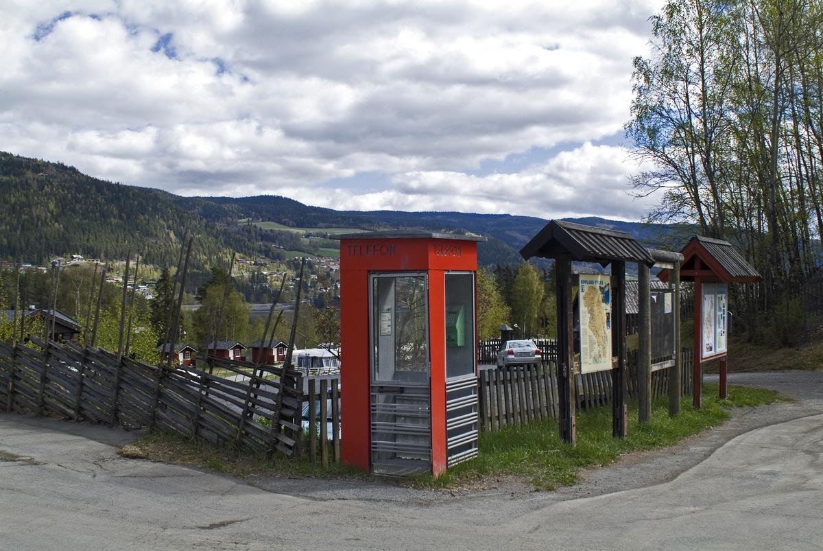 Denne telefonkiosken står på Fagernes Camping, og er en av de 100 vernede telefonkioskene i Norge. De røde telefonkioskene ble laget av hovedverkstedet til Telenor (Telegrafverket, Televerket). Målene er så å si uforandret.  Vi har dessverre ikke hatt kapasitet til å gjøre grundige mål av hver enkelt kiosk som er vernet.  Blant annet er vekten og høyden på døra endret fra tegningene til hovedverkstedet fra 1933. Målene fra 1933 var: Høyde 2500 mm + sokkel på ca 70 mm Grunnflate 1000x1000 mm. Vekt 850 kg. Mange av oss har minner knyttet til den lille røde bygningen. Historien om telefonkiosken er på mange måter historien om oss.  Derfor ble 100 av de røde telefonkioskene rundt om i landet vernet i 1997. Dette er en av dem.