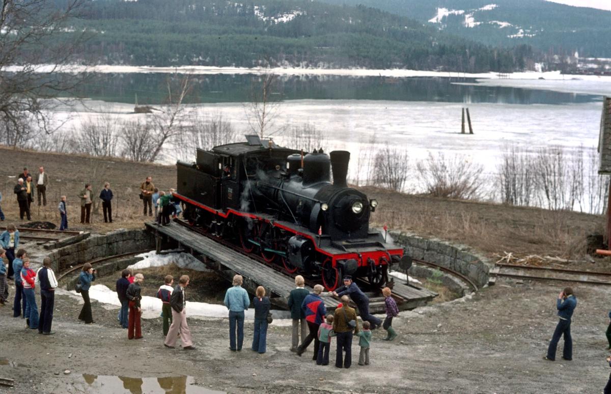 Damplokomotiv 21b 252 på svingskiven på Krøderen stasjon, der lok'et skal tørnes for retur til Drammen.