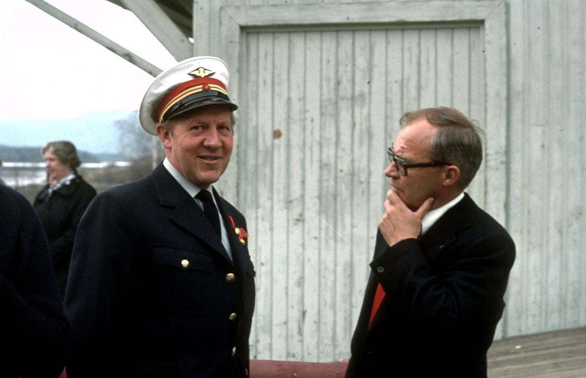Stasjonsmester Waaler på Krøderen stasjon. Stasjonen var betjent fordi NSB kjørte ekstratog for Norsk Jernbaneklubb mellom Drammen og Krøderen. Waaler var også en av ildsjelene for å etablere museumsjernbane på Krøderbanen.