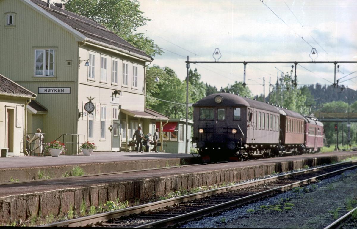 Røyken stasjon. Lokaltog til Asker kjører inn på stasjonen.