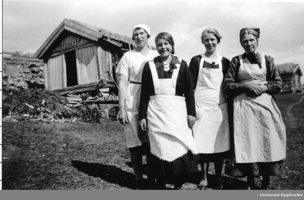 Frå venstre: Guri Roteigen, Ingrid K. Thorset, gift Halbjørhus; Margit A. Thorset, gift Grøterud, og Birgit Grohaug