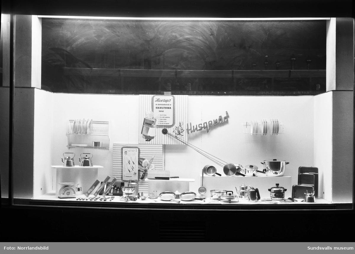 Lindgrens järnhandel. Skyltfönster med vintersportutrustning, husgeråd, diskmaskin samt vinterfiske.
