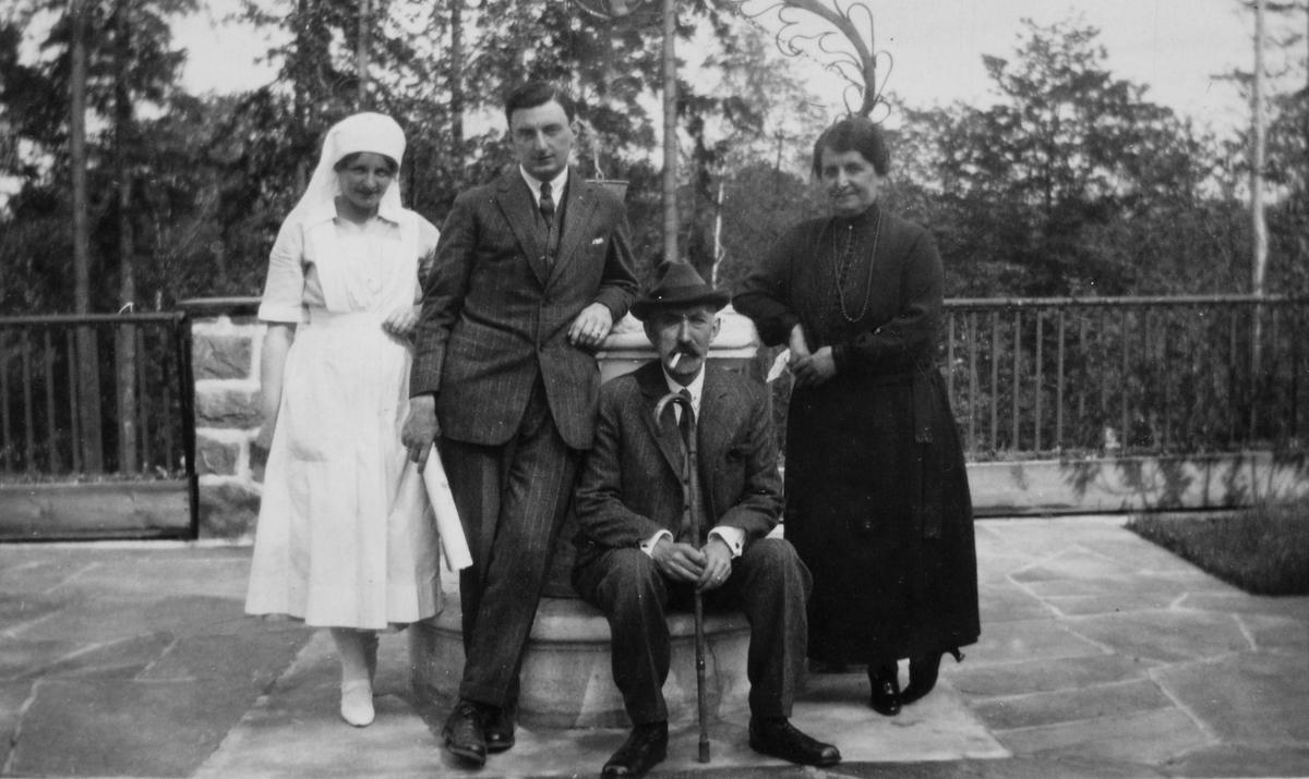 Wilhelm August Thams, hans kone Eugenie, yngste sønnen, Wilhelm August (Billy) og en ukjent sykepleier.