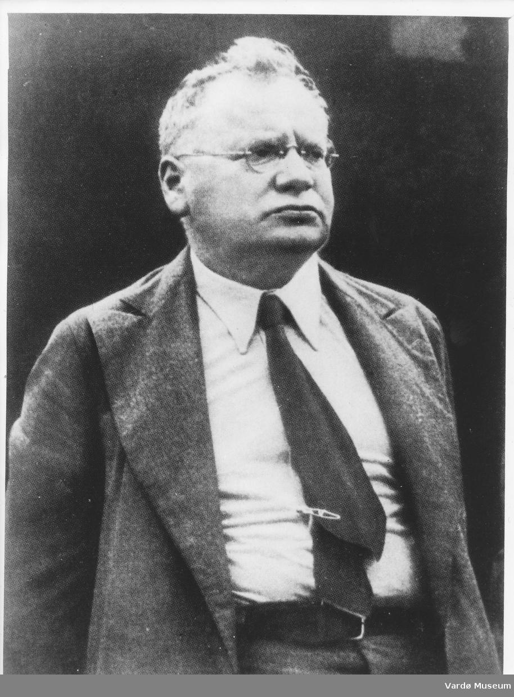 Maksim Maksimovitsj Litvinov (Maks Vallakh), sovjetisk diplomat og politiker; medlem av det sosialdemokratiske parti 1898. 1905–07 deltok han i de revolusjonære begivenhetene i Russland, men oppholdt seg ellers mye i utlandet. Han bodde i Storbritannia under revolusjonen 1917 og var sovjetregjeringens London-representant 1918. Stedfortredende utenrikskommissær 1921–30, utenrikskommissær 1930–39. Han representerte Sovjetunionen i Folkeforbundet 1934–38, og var den ledende talsmann for den kollektive sikkerhetspolitikk overfor Tyskland. Da sovjetregjeringen oppgav denne politikken, ble Litvinov avløst av Molotov 1939. Litvinov var på ny visekommissær i utenriksdepartementet 1941–46 og parallelt ambassadør i Washington 1941–43.