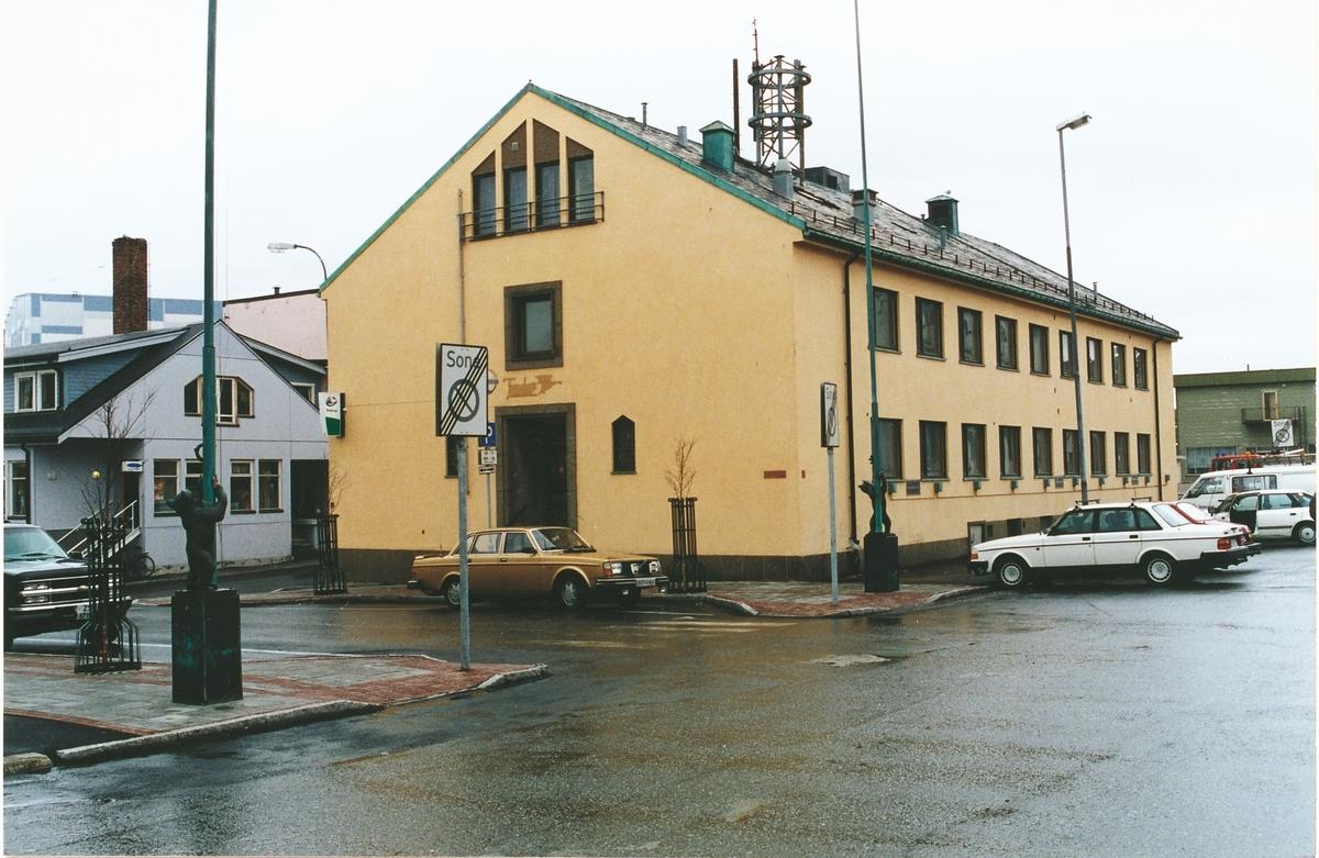 Kirkenes telegrafbygning er et av landets best bevarte kontorbygg fra ettekrigstiden. Bygningen er typisk for gjenreisningen etter krigen og fremstår som et prakteksempel på sin tids moderne arkitektur. Bygningen er  (1997) bortimot identisk med slik den var da den stod ferdig i 1955. Bygningen ligger sentralt i byens sentrum sammen med rådhuset og posthuset. Tilsammen danner de tre et symmetrisk offentlig torv, en løsning som ikke var uvanlig etter krigen, og utgjør et godt synlig samlingspunkt som er lett tilgjengelig for kommunens innbyggere. Også de spesialtegnede flaggstengene utenfor bygget er verneverdige.