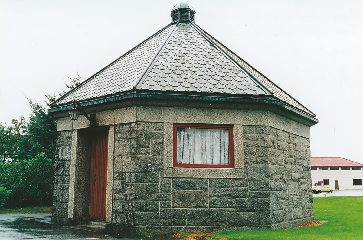 Sekskantet akkumulatorhus i granitt tegnet av arkitekt Ole Sverre. Mottakerstasjonen for Stavanger radio lå på Nærland i Hå. Stasjonen kom i drift i 1919, men fikk en kort levetid. Allerede 1926 ble den nedlagt, da mottakerstasjonen på Fornebu overtok. Det sekskantete akkumulatorhuset står igjen sammen med vanntårnet. Huset er av samme type som det på Ullandhaug. Transformatorhuset var et servicebygg som besørget strømforsyning til senderen og bolighusene som tilhørte anlegget