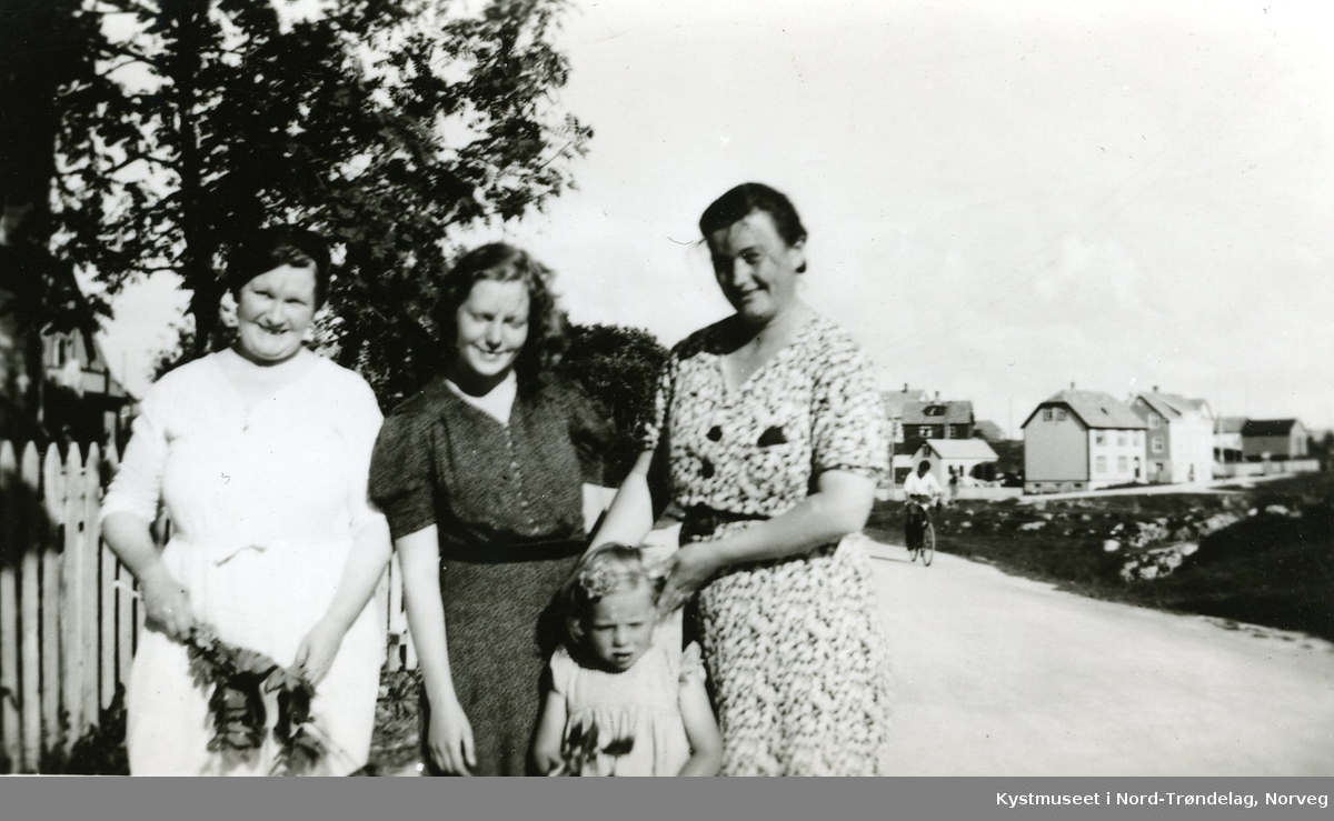 Aksa Jenssen, Edith Jenssen Langlo, Eli Langlo og ei ukjent jente